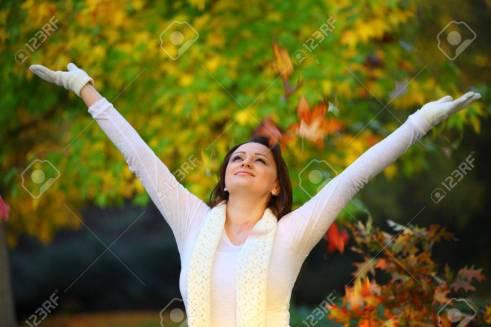 19641901-mujer-alegre-de-pie-frente-a-un-árbol-con-las-manos-bien-abierta-mirando-al-cielo