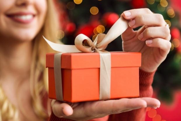 mujer-abriendo-un-regalo-naranja_23-2147580773