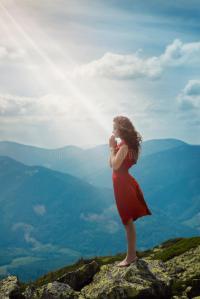 mujer-hermosa-que-ruega-en-paisaje-de-la-montaña-47506828